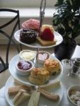 U maakt voor u een keuze uit een heerlijke variëteit aan zoete taarten en  een keur aan hartige hapjes.
