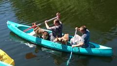 Huur een Rotomod kano voor een rustige tocht op het water.