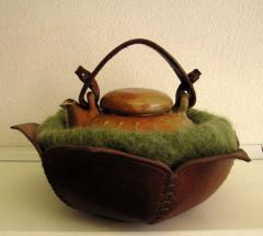 Mijn keramiek heeft vaak een gebruiksfunctie of de vorm blijft sterk aan een oorspronkelijke functie herinneren.