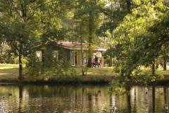 De gezellige chalets, white camp cottages en bungalows liggen royaal verspreid over het bungalowpark.