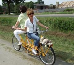 Na ontvangst een fietstocht door het fraaie Brabantse land naar een van brouwerijen in de buurt, maar eerst even lol en scheuren in een badkuip.