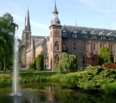 De paters van de Koningsheoven nodigen u uit binnen de kloostermuren......