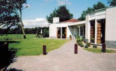 Vrijstaande bungalows voor 10 of 12 personen met een grote privé tuin en prachtig vrij uitzicht over het (wei)land en de bosrand.