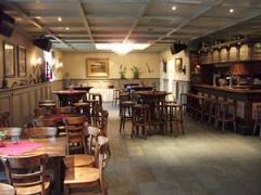 U kunt in ons Grand café heerlijk ontspannen, een krant of tijdschrift lezen en genieten van een lekkere kop koffie of ander lekker biertje/drankje.