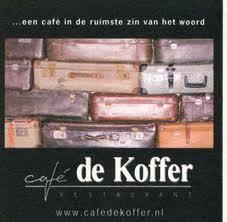 Een enorme wand koffers, gezellige zitjes, een grote bar en vooral veel warmte en gezelligheid. Het café ademt een niet Nederlandse sfeer uit.