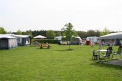 Onze camping telt 43 zeer ruime plaatsen (inclusief de beide verhuur- caravans) verdeeld over diverse, gezellige veldjes variërend van twee tot tien p