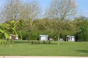 De camping is zeer ruim opgezet. Op het terrein liggen 20 grote kampeerplaatsen.