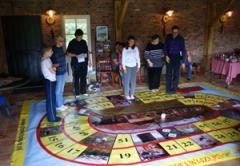 Het Levend Ganzenbord spel is de levende versie op het bekende bordspel. De spelers zijn de pionnen.