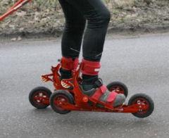 Skiken is een nieuwe sport welke skaten, langlaufen, schaatsen, biken en skiën met elkaar combineerd. Met gebruik van langlauf stokken.