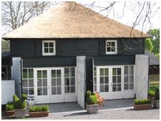 De vakantie appartementen zijn gevestigd in een grote kapschuur en verschillend van stijl ingericht.
