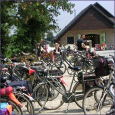 Onze fietscafé beschikt over meerdere oplaadpunten voor elektrische fietsen. Ook is er gelegenheid voor het plakken van een lekke band.