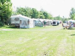 Onze camping heeft zo\'n 25 ruime rustige plaatsen met een mooi landelijk uitzicht.