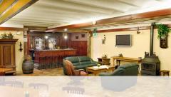 Het 'Groot Genoegen' heeft een gezellige, grote woonkamer met bar en houtkachel en 13 slaapkamers.