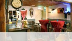 De Hooizolder beschikt over een prachtig barretje en een knusse huiskamer waarin het hele jaar door gebarbecued kan worden.