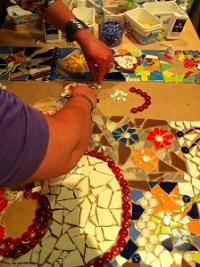 Een workshop mozaïeken is incl. alle materialen. Je kan kiezen uit verschillende mogelijkheden zoals een dienblad, kaarsenplateau, spiegel, vlinder