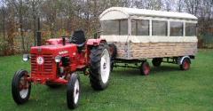 Een reis in de Peel, met een huifkar die getrokken wordt door een antieke tractor.
