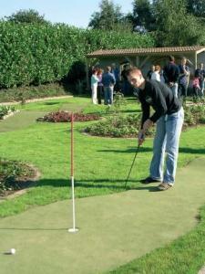 In een siertuin is een Adventure Golf-baan met 11 holes. De heuvelachtige baan loopt over beekjes en door perkjes.