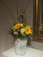 Er wordt gewerkt met verse bloemen en groen en natuurlijke materialen als afwerking. De pot, schaal of mand verzorgd u zelf.