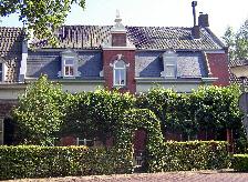 De galerie is gesitueerd in de kloosterachtige besloten achtertuin van een monumentaal pand in het historische centrum van Oirschot.