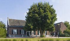 In de 350 jaar oude voormalige boerderij aan het Kerkplein, is groepsaccommodatie het Vrijthof gevestigd.
