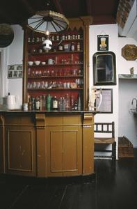 Het streekmuseum is gevestigd in enkele panden van het historische Sint Paulushofje aan de Markt te Etten-Leur.