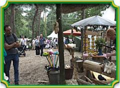 De ambachtelijke klompenmakerij is gevestigd in een modern pand maar van binnen heeft het de uitstraling van een echte oude klompenmakerij.