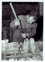 Een leuke dag organiseren, . bezoekje aan de klompenmakerij/workshop een leuke dorpswandeling of een bezoek aan snoeperij jantje