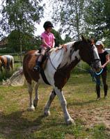 Nodig je vrienden en vriendinnetjes uit samen met jou allerlei activiteiten om en op de paarden te beleven.