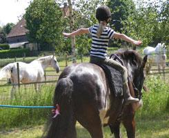 Bij het paard of op de paardenrug zijn verschillende oefeningen die het lichaamsbewustzijn van de mens bevorderen mogelijk.