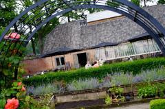 De Theetuin is de brasserie op het Landgoed van Kasteel Geldrop en maakt onderdeel uit van de Kasteelhoeve.