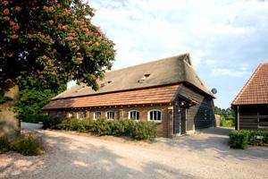 Een prachtig gerestaureerde Vlaamsche schuur is geschikt voor groepen van 16 tot 22 personen