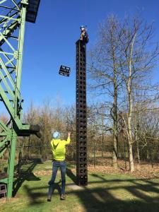 Wie heeft de beste balans en genoeg lef, om zo hoog mogelijk op een stapel kratten te klimmen, die elk moment kan omvallen?