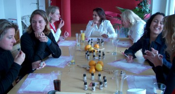 Deelnemers aan deze workshop gebruiken essentiële oliën om verhalen te vinden en te vertellen.
