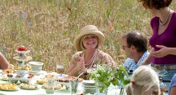 Een High Tea op Landgoed de Hoevens betekent genieten van lekkere hapjes en elkaars gezelschap.