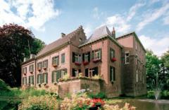 Een enthousiaste groep gidsen van Kasteel Geldrop geven op aanvraag rondleidingen door het kasteel.