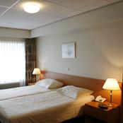 De hotelaccommodatie van 't Anker omvat een luxe bruidssuite met jacuzzi, 4 eenpersoons- en 9 tweepersoonskamers.