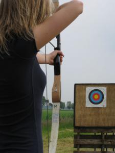 Boogschieten is een sport waarbij pijlen worden weggeschoten naar een doel met behulp van een boog.