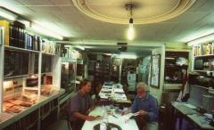 De collectie bestaat voornamelijk uit kranten, documenten vanaf 1933 en gebruiksvoorwerpen uit de Tweede Wereldoorlog.