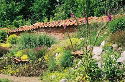 In de siertuin ziet men hoe je een ecologische tuin kan verwezenlijken en in de moes- en fruittuin vindt men ecologisch geteelde groenten en fruit.