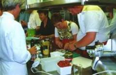 Samen bezig zijn in de keuken, met vrienden, met klanten, met je partner en kom er achter dat je meer kunt dan water koken!