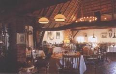 Zowel de regelmatige wisselende lunch- als dinerkaart bevat een  aantal bijzondere streekgerechten.