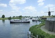 In de periode van Pasen tot en met eind september verzorgen wij rondvaarten van ongeveer 1 uur over de Maas en Dode Maas.