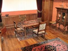 Een directiekantoor dat is ingericht met authentiek meubilair.