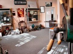 De expositie metaal toont veel beeldmateriaal en gereedschappen van de Helmondse metaalindustrie.