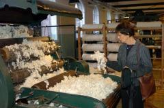 In deze tentoonstelling is een beeld en sfeer gecreëerd van een textielfabriek zoals die in de periode van 1900 tot 1940 in Nederland bestond.