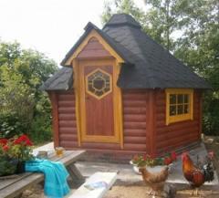 Naast kamperen en overnachten in een boerderijkamer, kun je er ook verblijven in een de sfeervolle kota's.