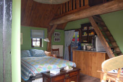 In het romantisch bakhuisje naast het boerenerf is een superknusse Bed en Breakfast ingericht.