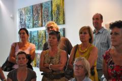 Rondleiding door een gastheer of gastvrouw bij de tentoonstelling in de expositieruimte