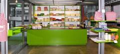 In de weefzaal worden allerlei soorten stoffen geweven, waaronder damast, die in de prachtig vernieuwde museumwinkel te koop worden aangeboden.